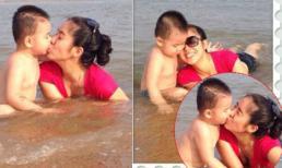 Con trai Quách Ngọc Ngoan hôn mẹ tình cảm trên bãi biển