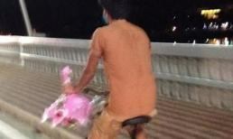 Thanh niên nghèo đạp xe mua hoa hồng lay động chị em