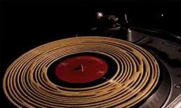 Mẹo làm sạch đĩa than bằng keo dán gỗ