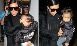 Mẹ con Kim 'siêu vòng ba' diện 'cây' đen sành điệu ở sân bay