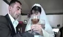 Cô dâu chú rể lóng ngóng uống rượu giao bôi