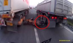 Vượt ẩu, tài xế điều khiển mô tô thoát chết trong gang tấc