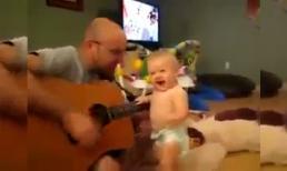 Bé 'quẩy' tưng bừng khi cha chơi nhạc rock