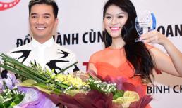 'Hiệp sĩ mù' Ngọc Thanh Tâm xinh đẹp đi nhận giải Liên hoan phim