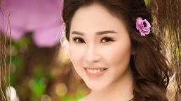 Quỳnh Thư đọ sắc xuân tươi tắn cùng hoa