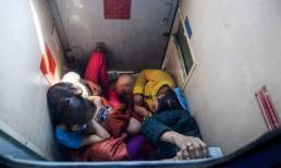 Chấp nhận chen chúc trước WC trên tàu trở lại Sài Gòn