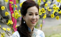 Hoa hậu Thu Hoài duyên dáng với áo dài in các tên đường Sài Gòn