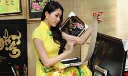Người đẹp Việt duyên dáng bên câu đối đỏ