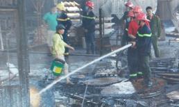 Xe cứu hỏa bốc cháy khi… chữa cháy xưởng gỗ