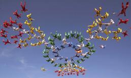 222 người cùng bung dù tạo hoa từ độ cao 5.791m