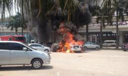 Hai ôtô cháy dữ dội ở sân bay Nội Bài