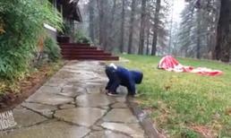 Bé liên tục 'vồ ếch' khi được tắm mưa