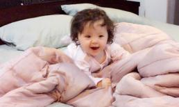Cadie thích thú tập 'bơi' trên giường