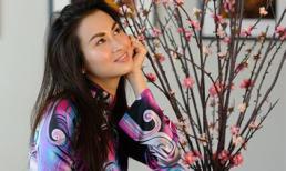 Vợ cũ Lam Trường khoe vẻ đẹp e ấp như thiếu nữ bên hoa