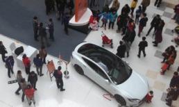 Cậu bé nổ máy xe trong triển lãm đâm bà bầu bị thương