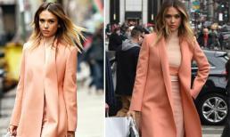 Jessica Alba đẹp dễ thương với 'cây' hồng trên phố