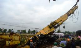 Cẩu trục khổng lồ đổ nghiêng khi sắp thông đường sắt