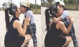 Trương Quỳnh Anh hôn con trai thắm thiết trên hè phố