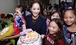 Khánh Thi 'giấu' bụng bầu trong tiệc sinh nhật