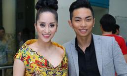 Khánh Thi tươi cười chụp ảnh cùng chồng 9x
