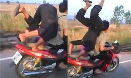 Hãi hùng thanh niên 'trồng chuối' trên xe máy đang di chuyển tốc độ cao