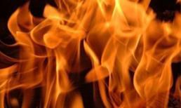 Vợ bỏ nhà đi, chồng tưới xăng đốt 'tình địch'