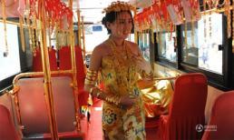 Nô nức tìm vận may với cô gái đeo hàng chục cây vàng