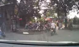Va quyệt giao thông, 2 thanh niên lao vào 'tẩn' nhau như đấu võ