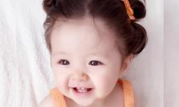 Cadie cười hớn hở khoe răng sữa cực yêu