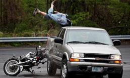 Những pha tai nạn kinh hoàng giữa ô tô và mô tô