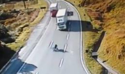 Tai nạn kinh hoàng: Xe máy kẹp 3 đối đầu Container
