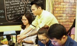'Bắt gặp' Khắc Việt đi làm phục vụ bàn