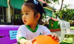 Con gái Xuân Lan trầm tư chơi bóng một mình