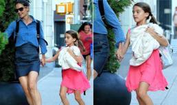 Bé Suri tung tăng trên đường phố với mẹ