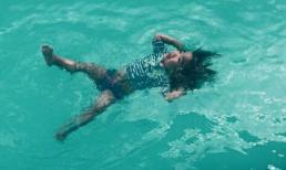 Con gái Xuân Lan 'trổ tài' bơi ngửa cực siêu