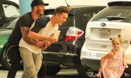 Harper vui vẻ chơi đùa với bố Beckham và anh trai