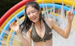 Mê mẩn vẻ gợi cảm của 180 nữ sinh Trung Quốc dưới hồ bơi