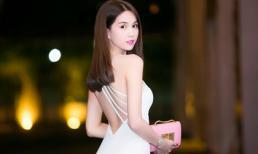 Ngọc Trinh khoe lưng trần trắng bóc tại sự kiện