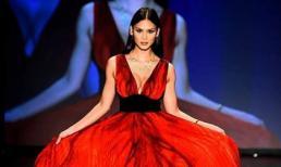 Hoa hậu Hoàn vũ 2015 lần đầu xuất hiện trên sàn catwalk sau đăng quang