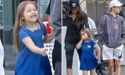Harper cười tít mắt khi được bố mẹ và các anh dẫn đi dạo phố