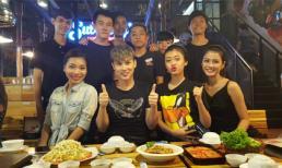 Ca sĩ Nguyên Vũ cùng nhiều chân dài đổ bộ vào quán ăn đêm ở Sài Gòn