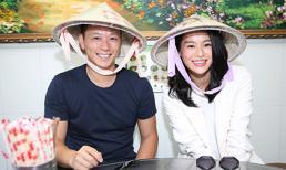 Vợ chồng Hồ Hạnh Nhi đội nón lá đi ăn phở Việt