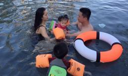 Phan Thị Lý cùng ông xã hướng dẫn 2 con tập bơi