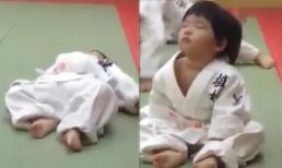 Em bé ngủ gật siêu dễ thương