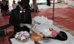 Chú rể nước mắt giàn giụa khi hôn cô dâu nằm trong quan tài