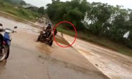Thanh niên suýt bỏ mạng khi liều mình chạy xe qua dòng nước lũ