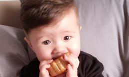 Con trai Elly Trần 'móm mém' gặm bánh nướng siêu dễ thương