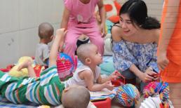 Hoa Khôi Emily Hồng Nhung mang trung thu đến cho các 'thiên thần'