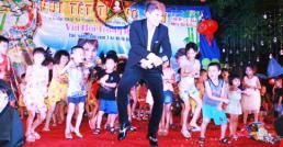 """Ông """"Vua nhạc sàn"""" Lương Gia Huy  """"Quẩy"""" cùng thiếu nhi để gây quỹ từ thiện"""