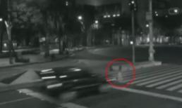 Kỳ bí: Ô tô đâm xuyên qua hồn ma giữa đường phố